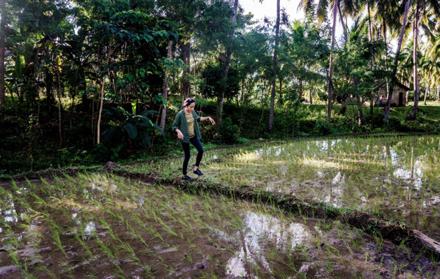 Menchel isoäitinsä maatilan riisipellolla