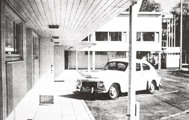 Auto motellin parkkipaikalla