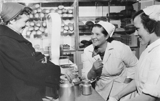 Nainen ostoksilla 1950-luvulla