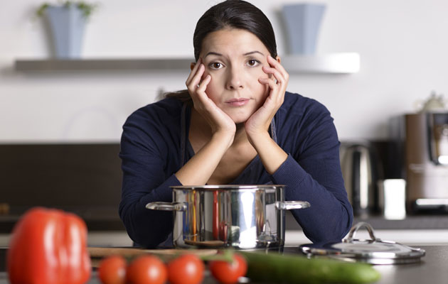 Väsynyt nainen, oikea ravinto virkistää.