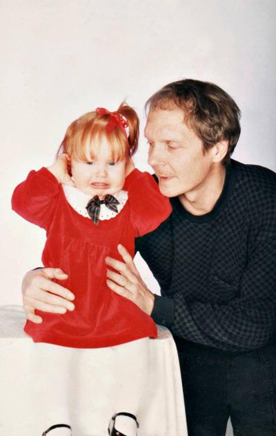 Tiia Ung lapsena isänsä kanssa