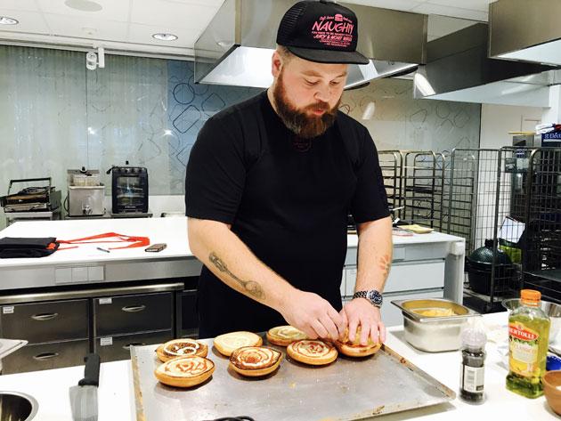 Täydellinen burgeri: ennakointi on tärkeää hampurilaisen valmistuksessa. Esivalmistele ja kokoa vasta sitten.