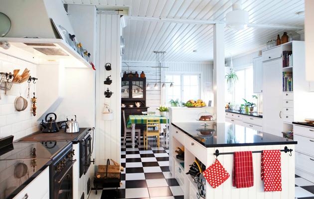 Kodin mustavalkoinen keittiö
