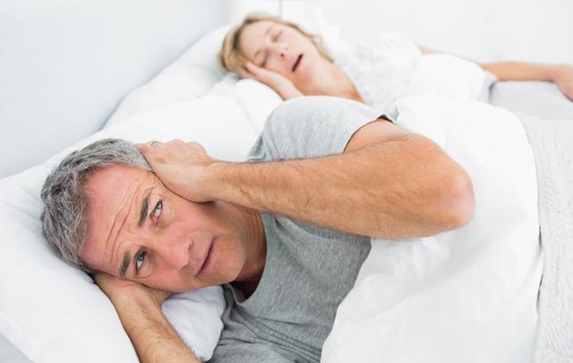 Kuorsaava puoliso häiritsee nukkumista.