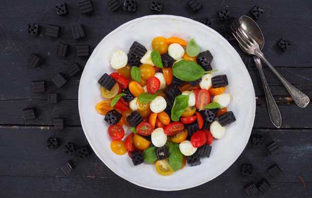 Lakritsi-tomaatti-mozzarellasalaatti