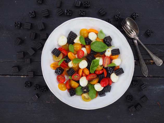 Kuva - Lakritsi-tomaatti-mozzarellasalaatti