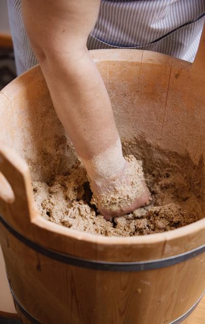 Makoisa ruisleipä valmistetaan perinteisesi juureen.