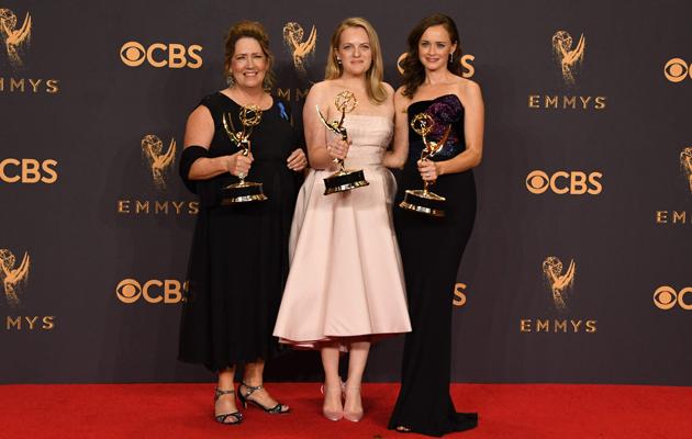 Ann Dowd, Elisabeth Moss ja Alexis Bledel poseeraavat Emmy-palkintojen kanssa.