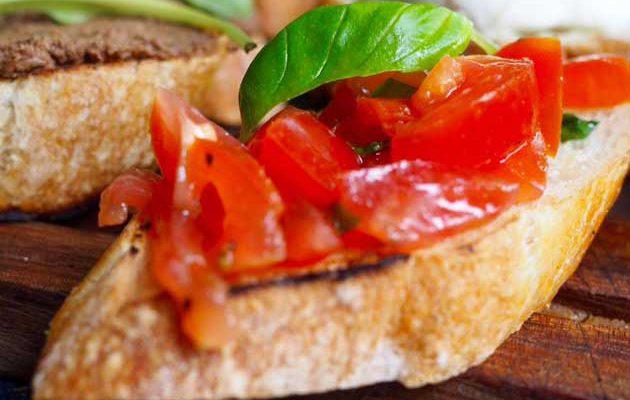 Crostini rossi eli toscanalaiset tomaattileivät
