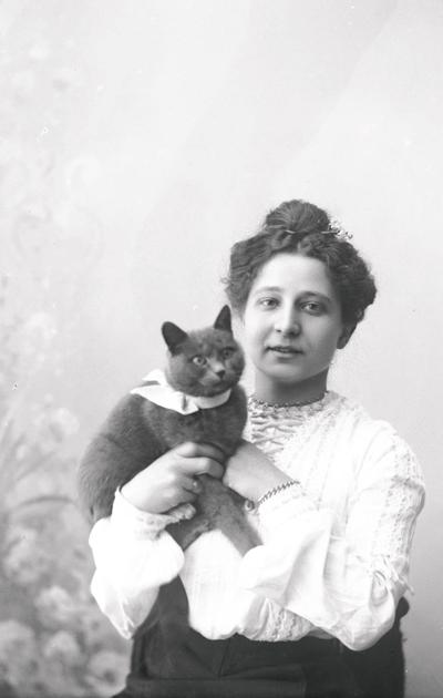 Augusta Olsson ja kissa
