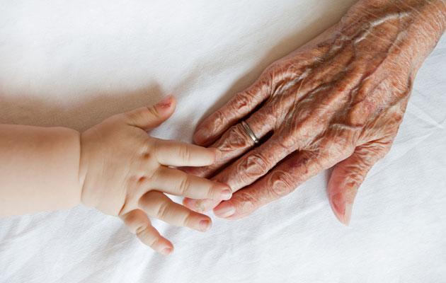 Lapsen ja mummon kädet