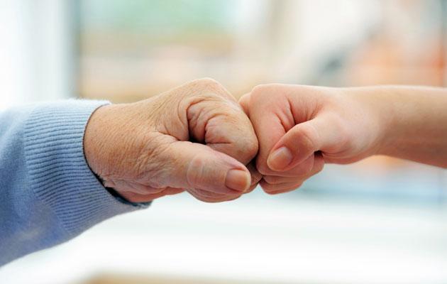 Mummon ja lapsen kädet