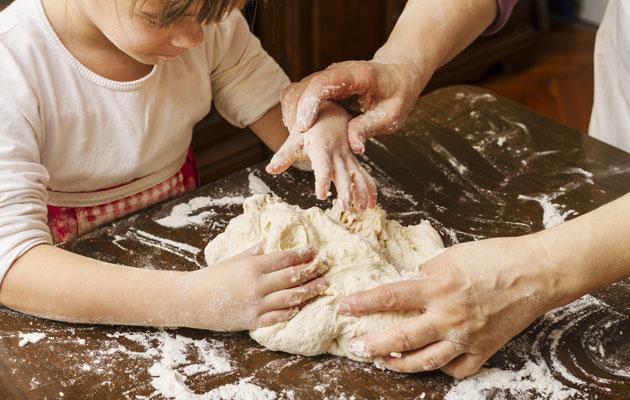 Mummo leipoo lapsenlapsen kanssa.
