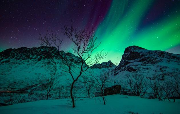 Revontulet loistavat pohjoisen taivaalla.