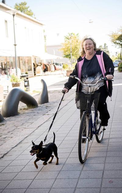 Lähihoitaja Jessica Toivonen ja Elmo-koira
