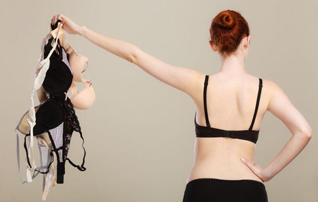 Nainen pitelee rintaliivinippua