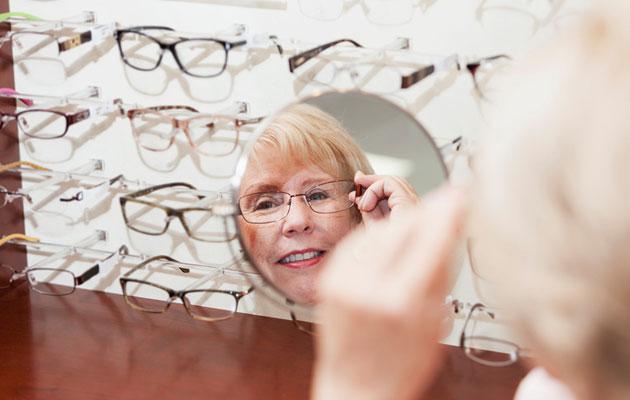 nainen sovittaa silmälaseja