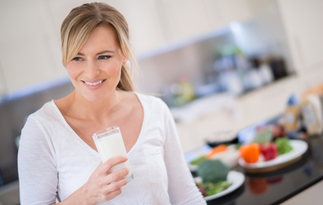 nainen_juo_maitoa