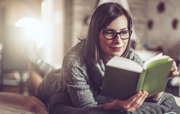 nainen_lukee_kirjaa