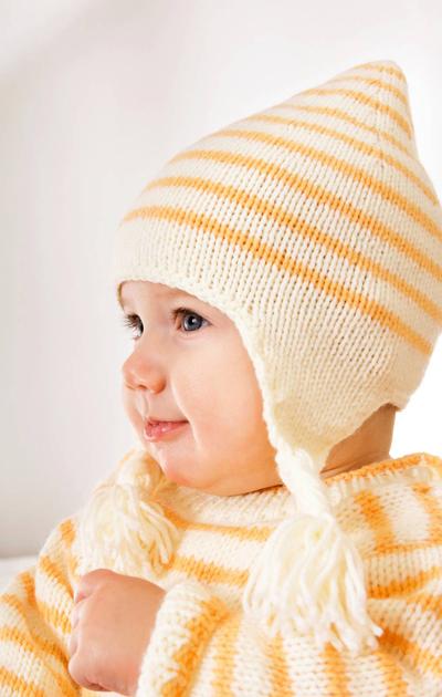 Raitainen haalari, myssy ja keltainen peitto vauvalle
