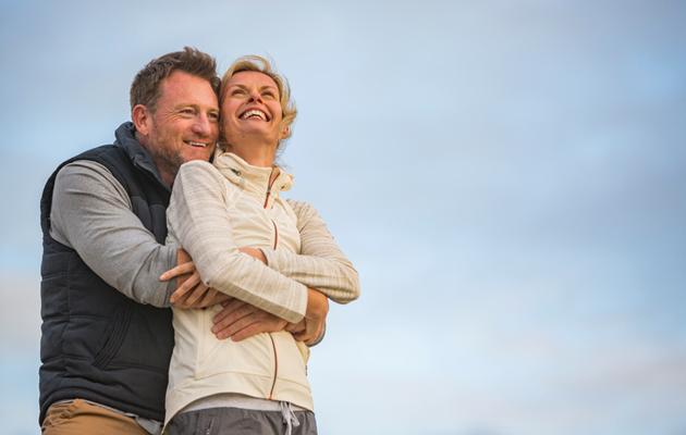 Mies ja nainen halaavat