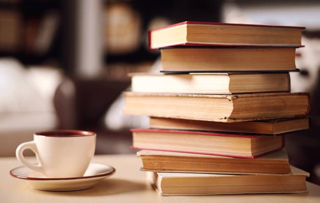 kirjoja ja kahvikuppi