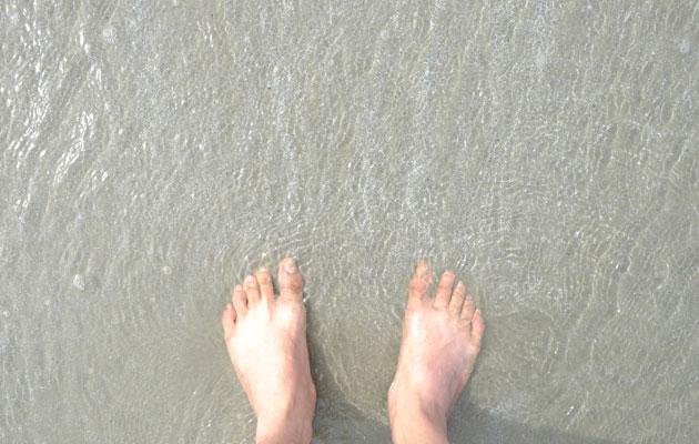 Jalat rantavedessä