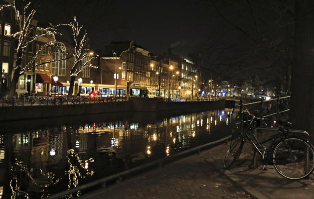 Amsterdamin kanavaa iltahämärässä kauniisti jouluvalaistuna.