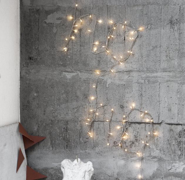 jouluvaloista tehty teksti seinällä