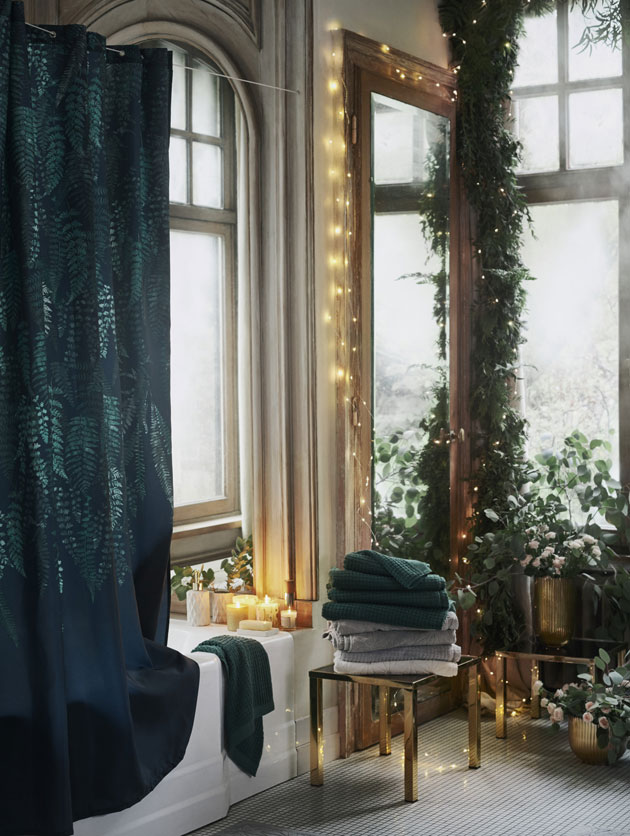 jouluvalot peilin yläpuolella