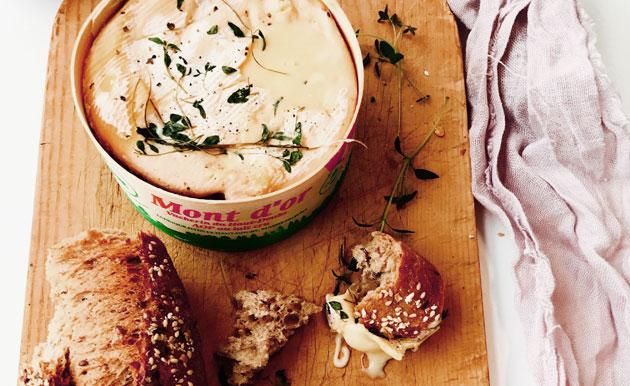 Mont' d'Or -juusto sopii illanistujaisiin fonduen tapaan tarjottavaksi.
