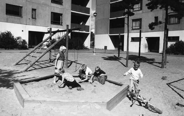 1980-luvun lapsia hiekkalaatikolla.