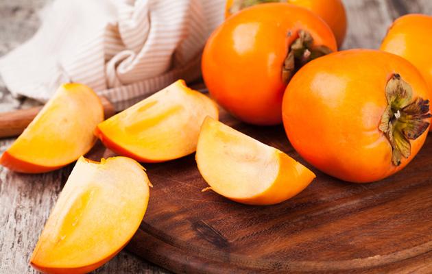 Persimonit ovat kauniin värisiä hedelmiä, joita on helppo yhdistellä erilaisiin ruokiin.