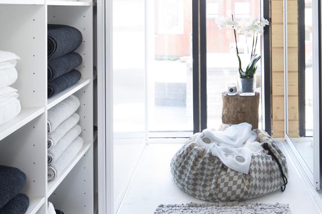 puolipitoiset vaatteet pyykkipussissa