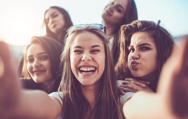 Nuoret ottamassa selfietä.