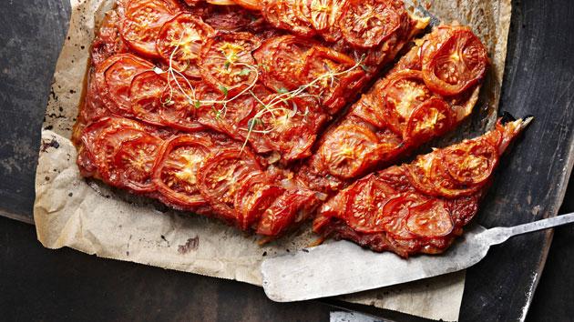 Tomaatti on maukas piirakan täyte.