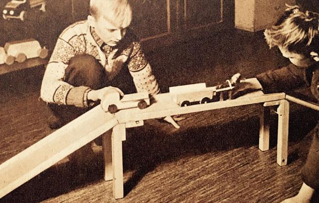 Pojat leikkivät autosillalla 1950-luvulla.
