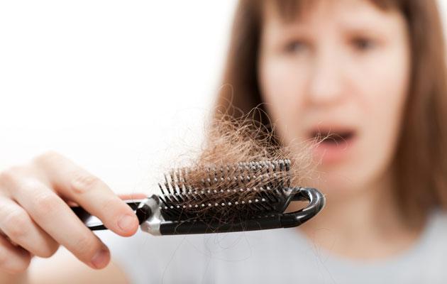 Hiustenlähtö voi olla oire kilpirauhasen vajaatoiminnasta.