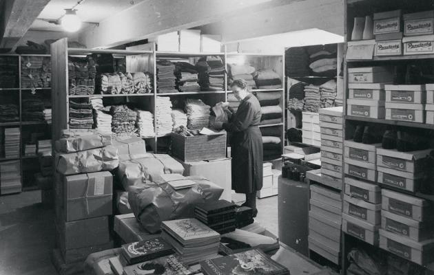 Kummikerhon varastossa lahjoitustavaroita lajiteltiin lähetettäväksi perheille.