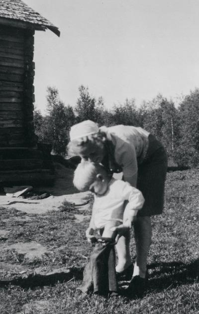 Kummikerhon Ida Salomaa tutustui miniänsä Anna-Liisa Salomaan (kuvassa) kanssa koteihin.