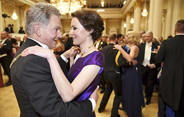 Presidentti Sauli Niinistö ja rouva Jenni Haukio tanssimassa Linnan juhlissa 2016.
