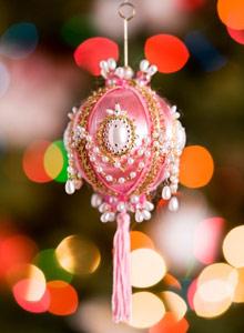 Helmin koristeltu joulupallo on näyttävä kuusenkoriste.