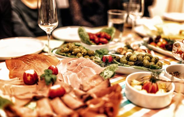 Turvotus vaivaa usein juhla-aterian jälkeen.