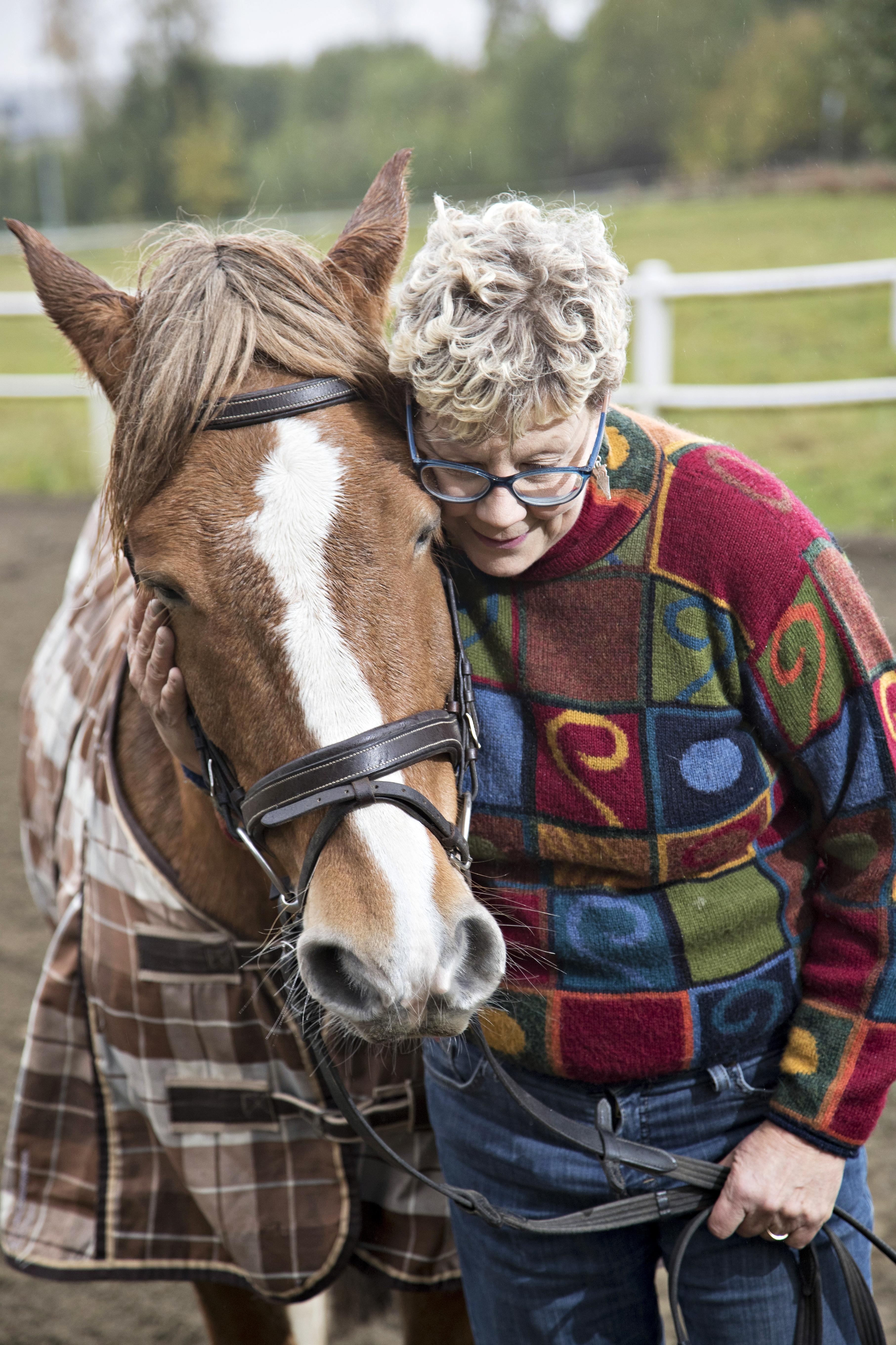 """Kuva - Ratsastus häivytti Pirkon, 58, Menieren taudin oireet: """"Hevonen opetti luottamaan"""""""