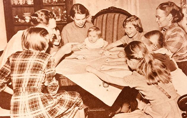 lapsia pöydän ääressä