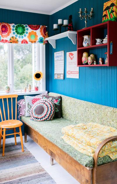 Siniseksi maalattu seinä verannalla