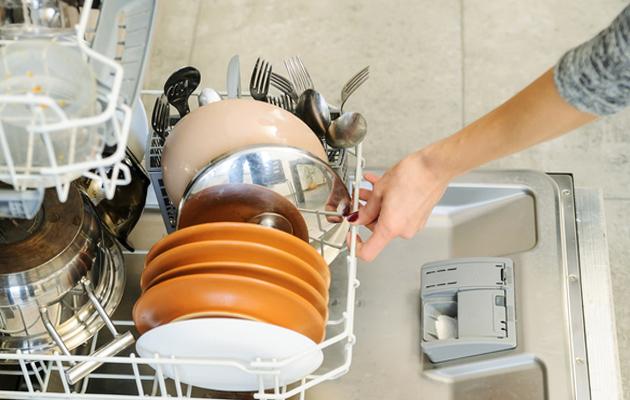 Astianpesukone täyttö ja tyhjennys aiheuttaa kinaa.