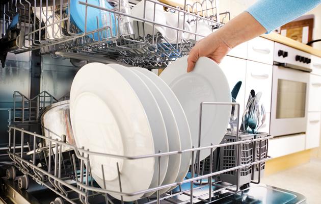 Astianpesukoneen tyhjentäminen ja täyttäminen on nopea askare.
