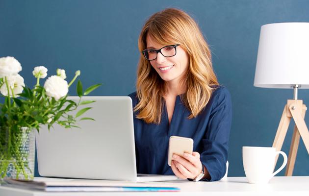 Nainen tutkimassa internettiä