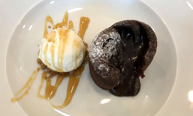 Ravintola Hiedan suklaafondantti on syntinen.